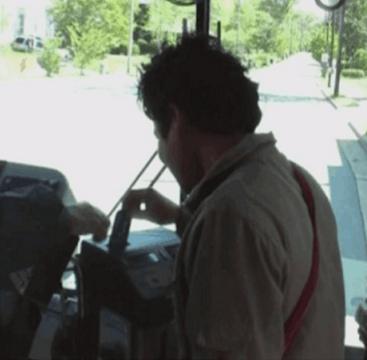Hombre que paga pasaje de autobús